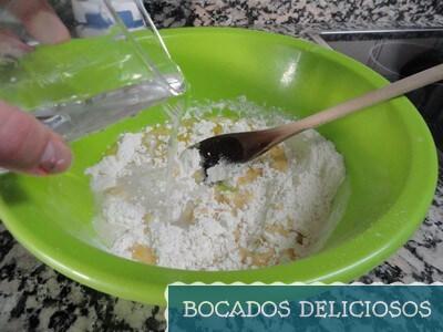 mezclamos la harina con la mantequilla y anadimos agua