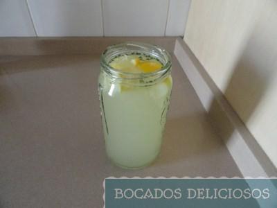 limonada con menta y cáscaras de limón