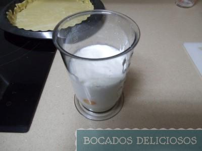batimos leche junto con nata y huevos