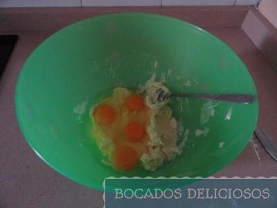 Incorporamos huevos y esencia de vainilla