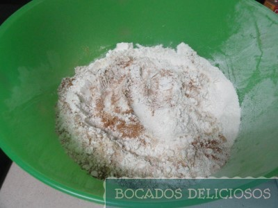mezclamos harina con jenjibre, canela, y levadura