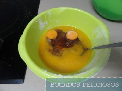 mezclamos mantequilla con azúcar, miel y huevo