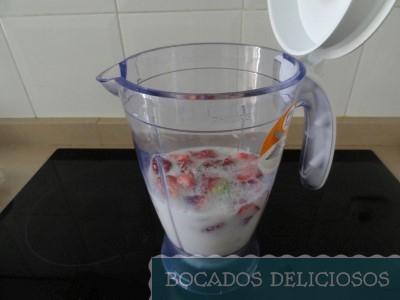 Batimos las fresas, leche y azúcar