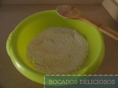 Mezclamos la harina, levadura y sal