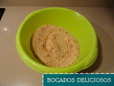 Mezclamos las galletas con mantequilla derretida