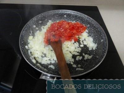 Freimos la cebolla junto el tomate