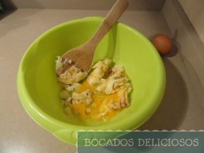 Mezclamos la mantequilla, azúcar, vainilla y huevos junto a la levadura y harina