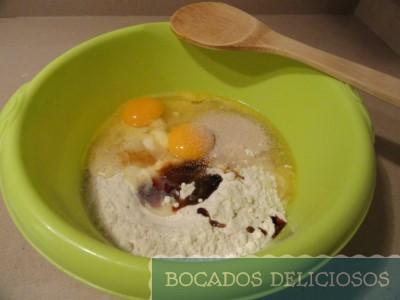 Mezclamos-los-huevos-azucar-mantequilla-derretida-y-vainilla
