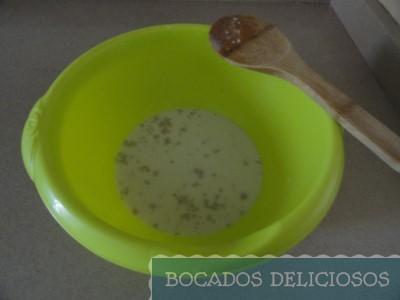 Mezclamos la leche con la levadura y azúcar