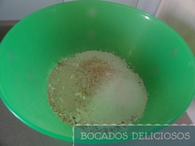 Mezclamos los copos de avena, la harina, la levadura y el azúcar moreno