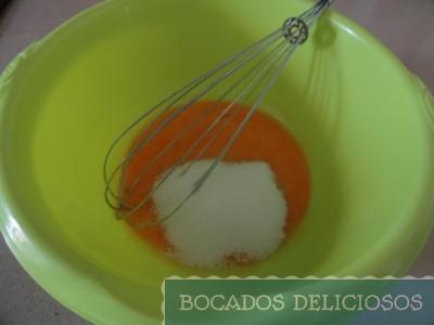 Mezclar yemas, azúcar, mantequilla y leche
